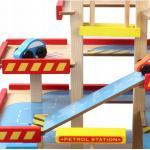 Vaikiškas medinis keturių aukštų garažas su priedais